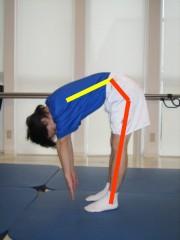 関節運動が減少した前屈写真